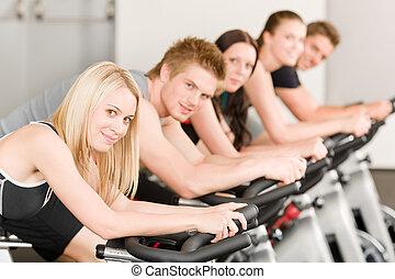 fitness, menschengruppe, auf, turnhalle fahrrad