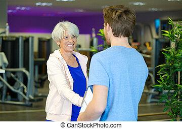 fitness, personne agee, instructeur, salutation, femme