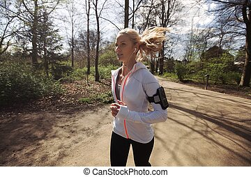 fitness, vrouw lopend, in park