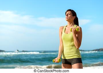 fitness, vrouw, opleiding, biceps, op, strand
