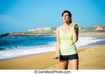 fitness, vrouw trainen, met, dumbbells, buiten