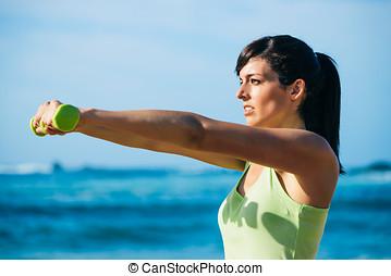 fitness, vrouw, workout, met, dumbbells, buiten