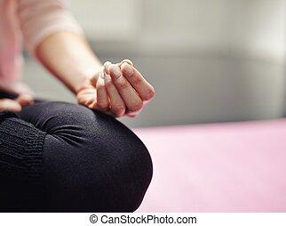 fitness, vrouw zitten, in, yoga houding