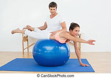 fizikai therapist, elősegít, kisasszony, noha, jóga, labda