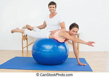 fizikai therapist, elősegít, nő, noha, jóga, labda