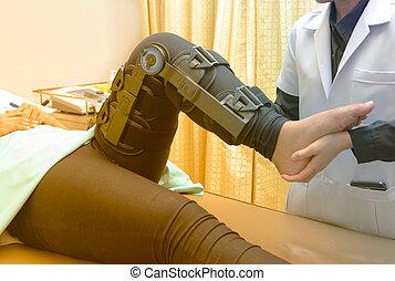fizykoterapeuta, noga, napinać, pacjent, wykonuje, kolano, krzywda, rehabilitacja