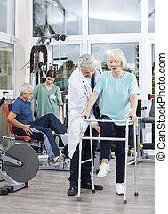 fizykoterapeuta, pomagając, kobieta, ce, stosowność, piechur, senior