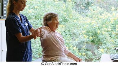 fizykoterapeuta, udzielanie, łopatka, terapia, do, starsza...