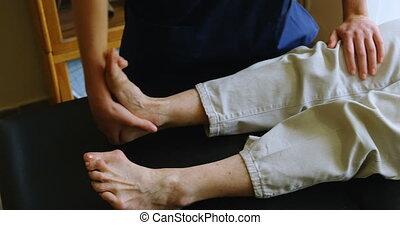 fizykoterapeuta, udzielanie, noga, terapia, do, starsza...