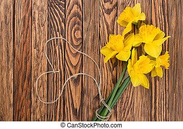 fjäder, gul, påskliljor, blomningen, och, tom, etikett, på, brun, målad, trä, planks., selektiv, fokus., plats, för, text.