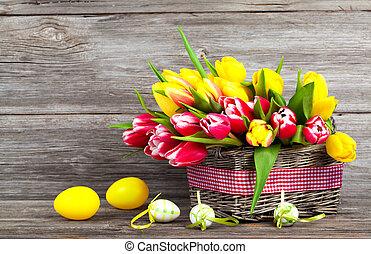 fjäder, tulpaner, in, trä, korg, med, påsk eggar, på, trä, bakgrund