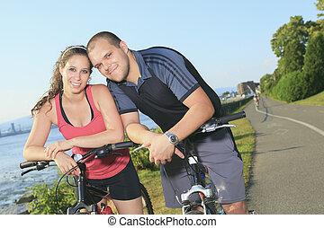 fjäll, par, ung, cyklar, stående, lycklig