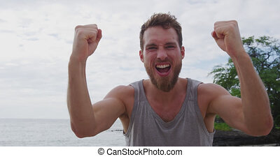 fléchir, crier, célébrer, bras, excité, fort, plage, fitness, applaudissement, homme