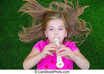 flöte, spielende , blond, m�dchen, gras, kinder, liegen,...