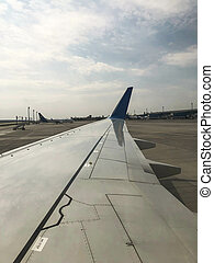 flügel , von, a, schöne , schnell, düse, motorflugzeug, mit, ein, motor, auf, der, startbahn, an, der, flughafen., senkrecht, foto