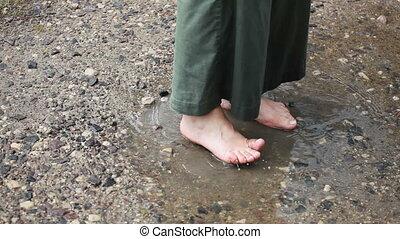 flaque, pieds nus