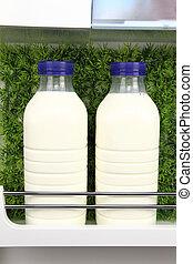 flaschen, von, frische milch, in, der, kühlschrank, mit, gras, hintergrund