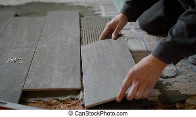 flat., plancher, pose, céramique, ouvrier, haut, construction, fin, carreau, coup, levelled