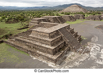 flat top pyramids on the Avenue of the Dead