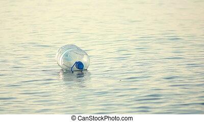 fles, het slingeren, op, golven