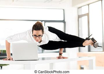 flessibile, laptop, donna sorridente, osservare