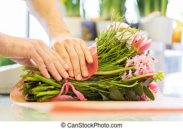 fleuriste, emballage, fleurs, dans, papier, à, magasin fleur