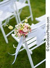 fleurs blanches, chaise, tas