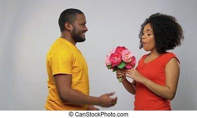 fleurs, heureux, américain, couple, africaine