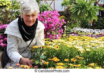 fleurs, personne agee