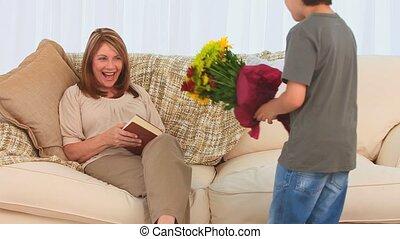 fleurs, peu, tas, offrande, garçon