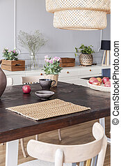 fleurs, sur, table bois, sous, lampe, dans, moderne, clair, salle manger, intérieur, à, chair., vrai, photo