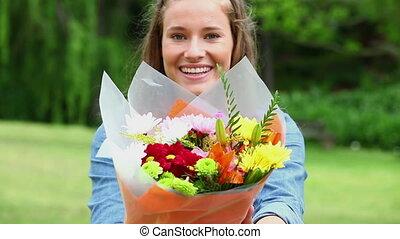 fleurs, tas, tenue, femme, heureux