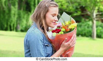 fleurs, tas, tenue, femme, jeune, heureux