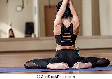 flexível, assento mulher, ligado, esteira yoga