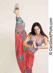 flexível, mulher jovem, praticar, ioga