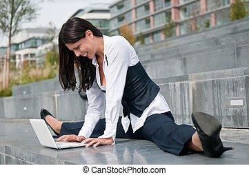 flexível, negócio, -, mulher, com, netbook