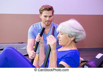 flexibel, seniorin, turnhalle, mit, trainer