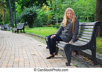 flicka, bench., sittande