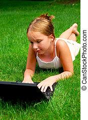 flicka, dator, gräs