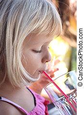 flicka, drickande, med, sugrör