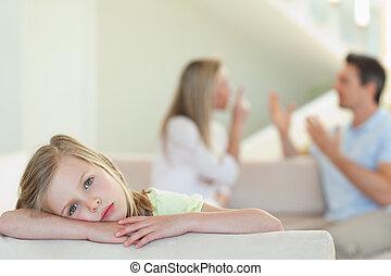 flicka, föräldrar, bakgrund, stridande, trist