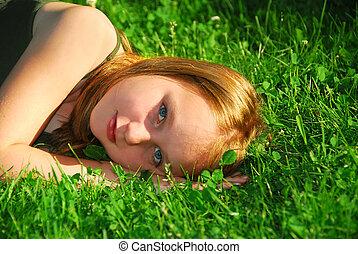 flicka, gräs
