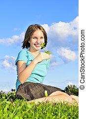 flicka, gräs, ung, sittande