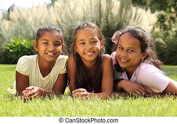 flicka, gräs, vänner, lögnaktig, lycklig