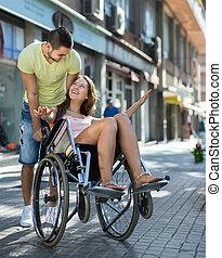 flicka, in, rullstol, med, vän, utomhus