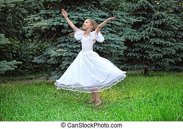 flicka, in, vita klä, dansa, på, gräsmatta, med, lyft, räcker