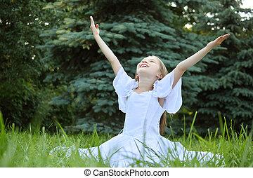 flicka, in, vita klä, sitt, på, gräsmatta, med, lyft, räcker