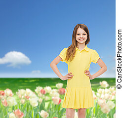 flicka, litet, klänning, le, gul