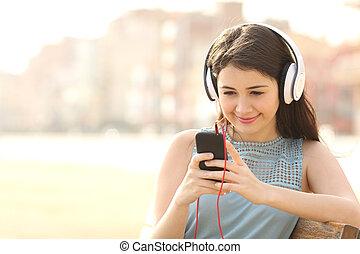 flicka, lyssnande, musik, med, hörlurar, från, a, smart, ringa