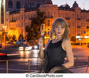 flicka, med, a, exponeringsglas av champagne, i staden